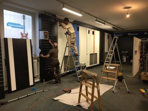 """Die Warenträger-Wand nach bewährten """"SlatWall""""-Prinzip wird montiert"""